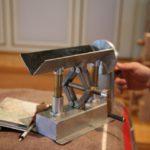 Orgelbauer brauchen Spezialwerkzeug: Hier eine Pfeifenbestossmaschine, eine Art Drehbank für Orgelpfeifen. Das Gerät ist «Marke Eigenbau» von Herrn Hugentobler senior.