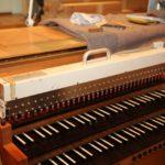 Das ist ein «Orgamat»: Damit wird die Orgel per Funk elektromechanisch «gespielt».