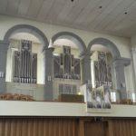 Die Orgel besteht aus vier «Teilwerken»: Das Hauptwerk (Mitte), das Schwellwerk (darunter), die Pedalwerke (links und rechts), das Rückpositiv (vorne bei Empore).