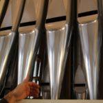 Die sichtbaren Teile der Orgel heissen «Prospekt». Bei den Abschlussarbeiten wurden sie auf Hochglanz poliert.