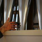 Unter den rund 3000 Orgelpfeifen gibt es sehr grosse für tiefe Töne ...