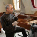 Es gibt Orgelpfeifen aus Zinnblei (oben) und Holz.