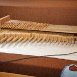 Ordnung muss sein: Auf einem Werktisch aufgereihte Holzpfeifen ...