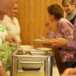 Dann kommen die Gäste mit dem Teller. Die Stationen heissen: Kartoffelgratin, Erbsli und Rüebli, Kalbsbrust, Sauce