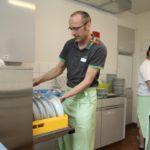 Auch in der Küche wird gearbeitet: KiVo-Präsident Heiri Zweifel am Geschirrspüler.