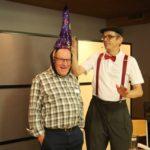 Ruedi Bruderer (links) hat am 27. April Geburtstag: Was ist wohl in der violetten Verpackung?