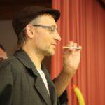 Auch Diakon Remo Schweizer, dessen Ressort Diakonie die Verantwortung für den Abend hat, bekommt sein Fett weg: Hier muss er rauchen.