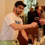 Kivo-Mitglied Roger Wichser steht hinter der Theke und serviert. Freundliches Lächeln inbegriffen.